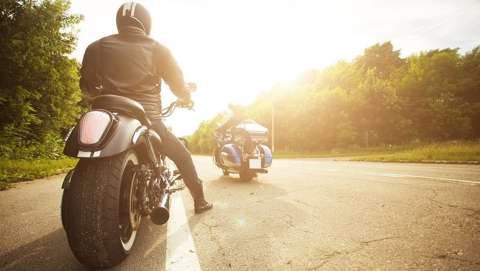 Motos a l'arret sur une route de campagne