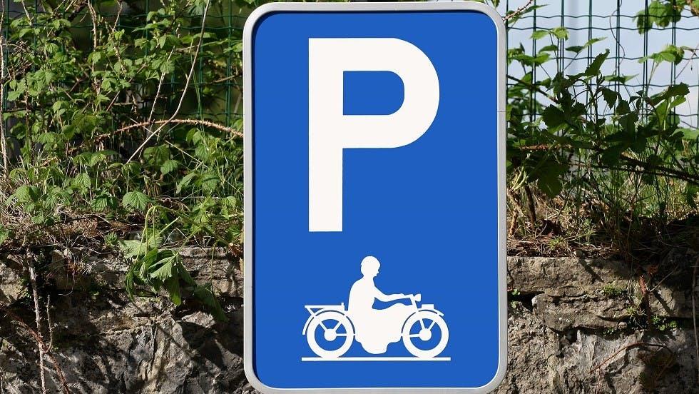 Panneau indiquant un espace de stationnement reserve aux motos