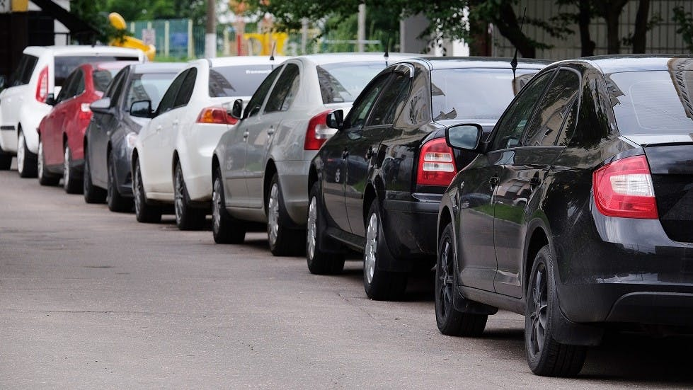 File de voitures stationnees en agglomeration