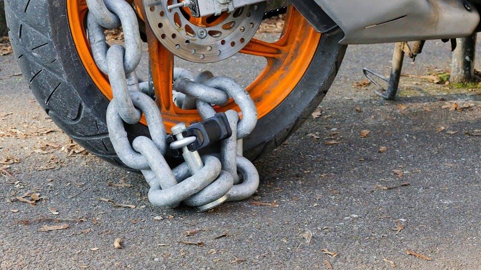 Antivol d'un deux-roues motorise sous forme de chaine