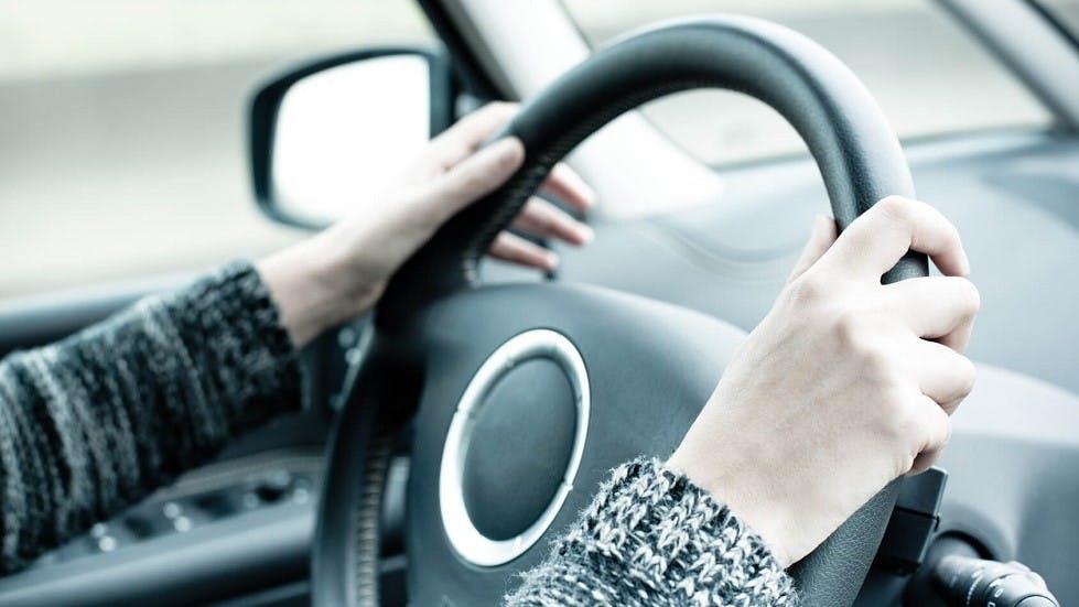 Automobiliste tenant le volant de sa voiture
