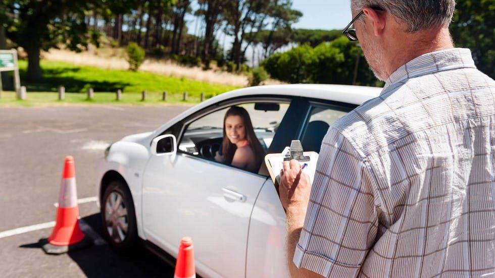 Candidate se formant pour passer l'examen du permis de conduire