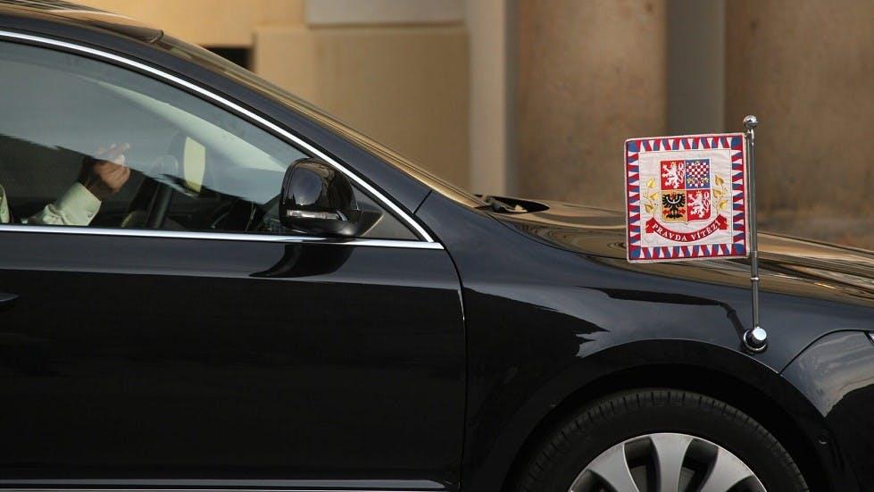 Automobile diplomatique accompagnee de son drapeau