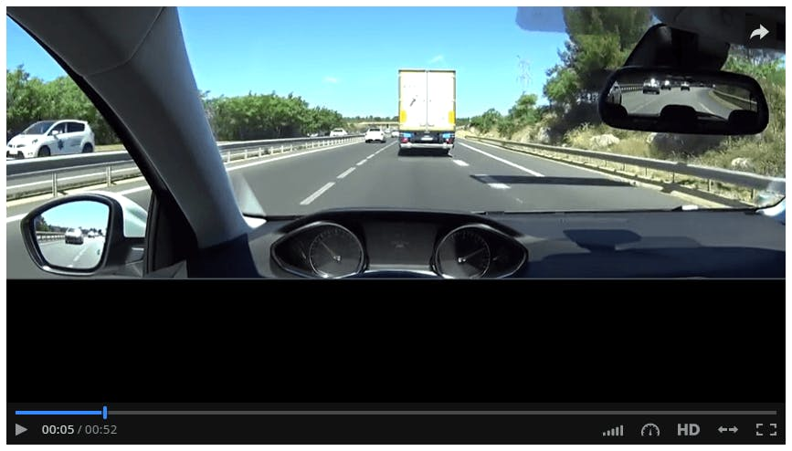Capture écran d'une vidéo d'entraînement au code de la route