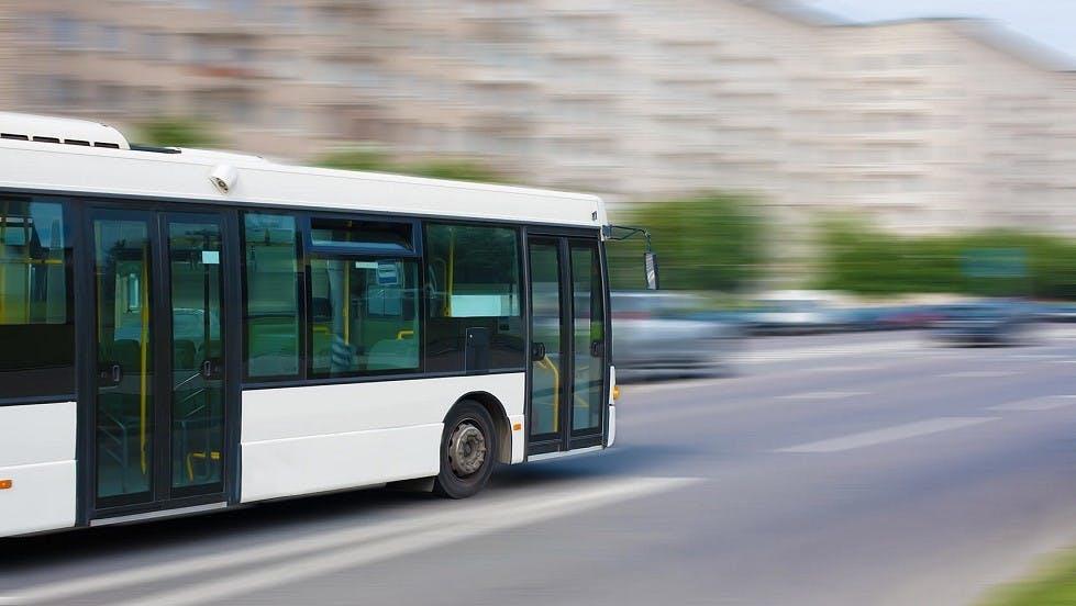 Bus blanc circulant en agglomeration