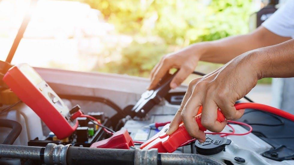 Rechargement de la batterie d'une automobile a l'aide de pinces crocodiles