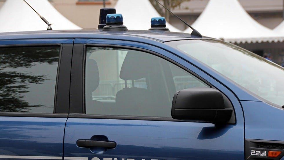 Gyrophare bleu d'un véhicule de gendarmerie