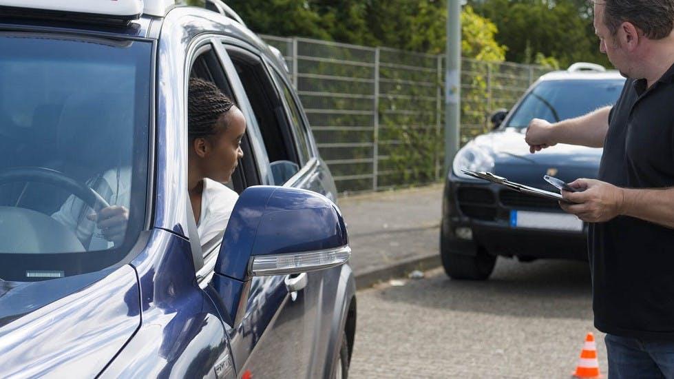 Jeune conductrice realisant une manoeuvre
