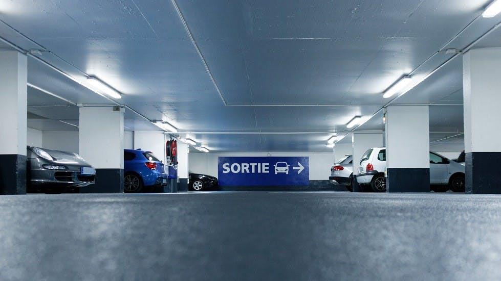 Voitures stationnees dans un parking souterrain