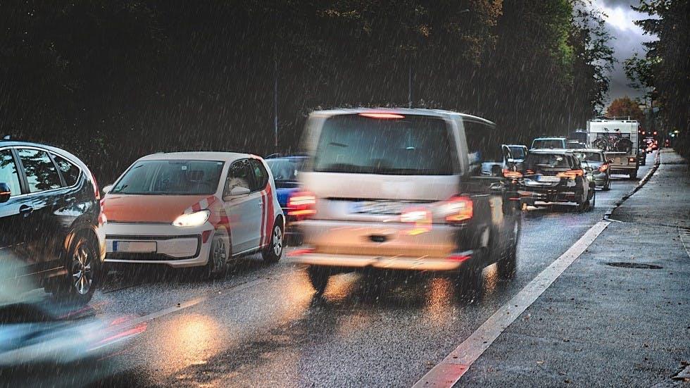 Vehicules freinant brusquement sur une route humide