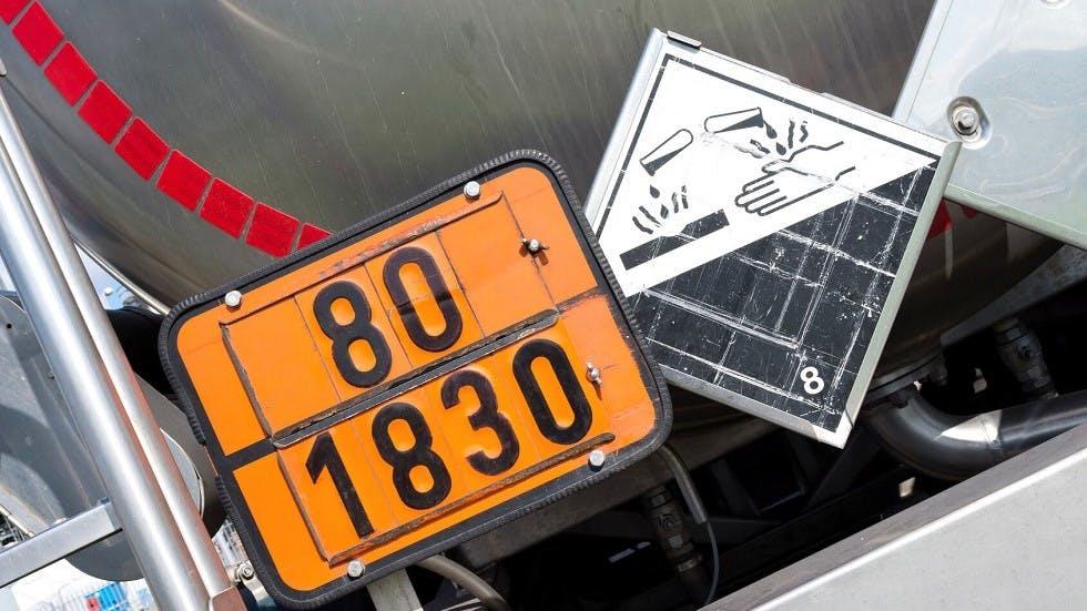 Plaque orange et symbole de produit corrosif