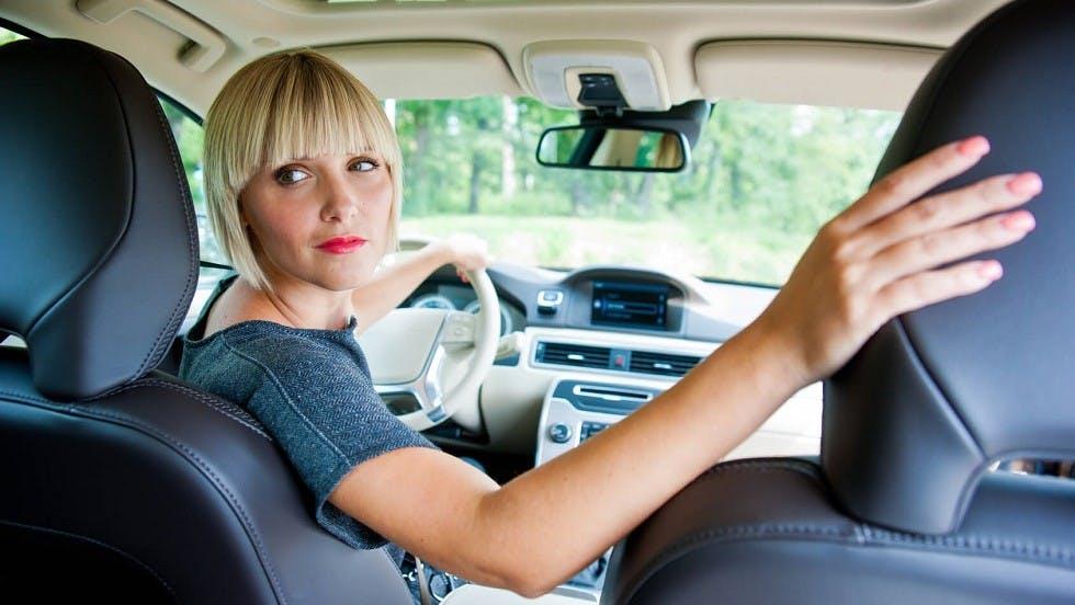 Conductrice realisant une marche arriere dans son automobile