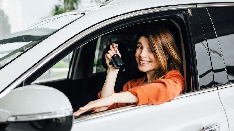 Conductrice ayant obtenu son permis et presentant ses cle de voiture