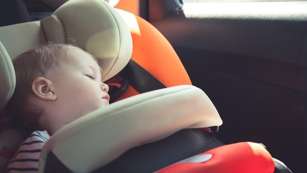 Bebe endormi dans un siege auto avec bouclier d'impact