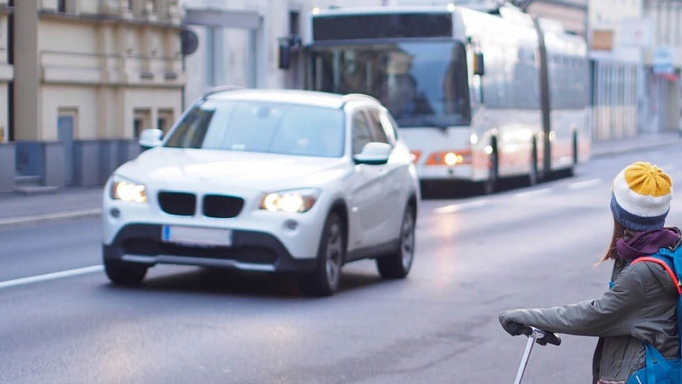 Automobile circulant avec les feux de croisement allumes en agglomeration