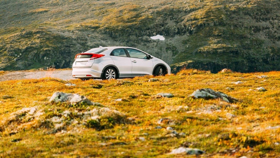 Automobile stationnee sur un flanc de montagne