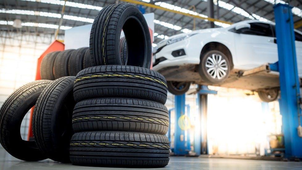 Changement des pneus hiver montés sur une voiture