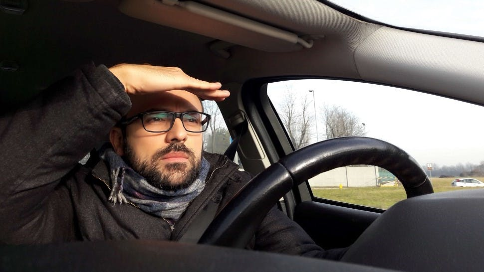 Automobilistes eprouvant des difficultes pour conduire face au soleil