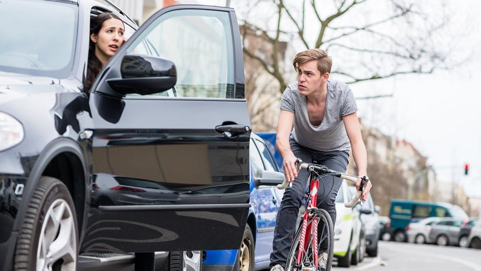 Cycliste risquant un accident de portiere