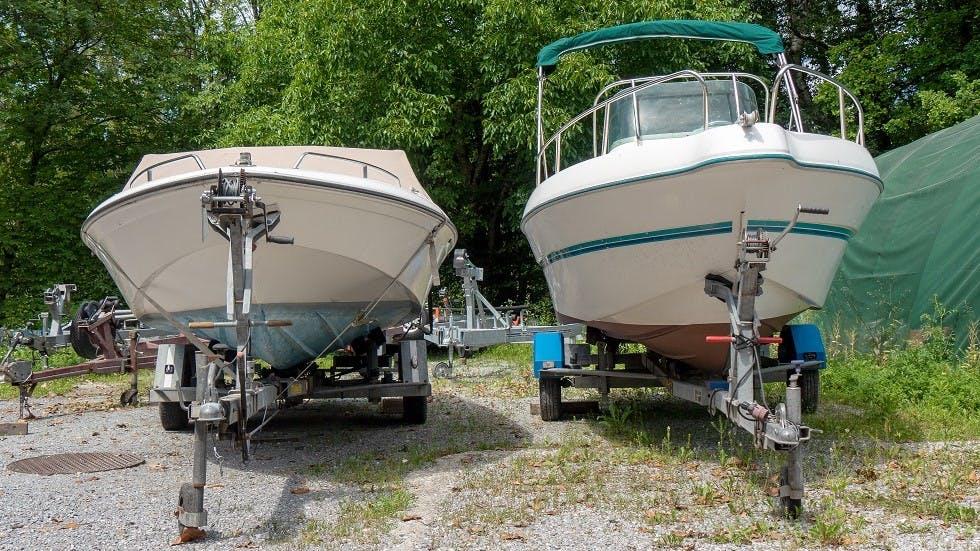 Deux remorques porte-bateaux en stationnement