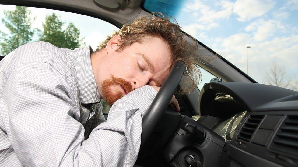 Automobiliste endormi sur son volant