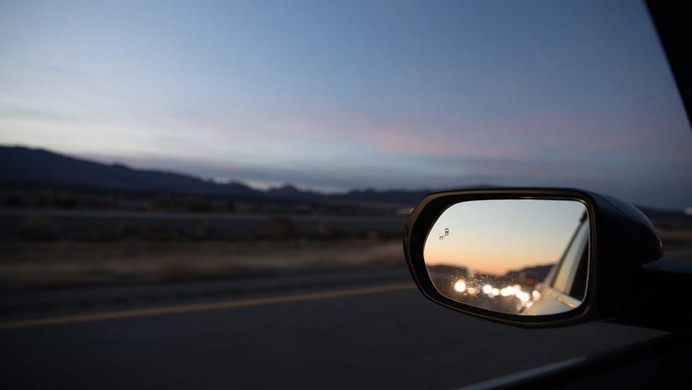 Retroviseur lateral gauche d'une automobile circulant en soiree