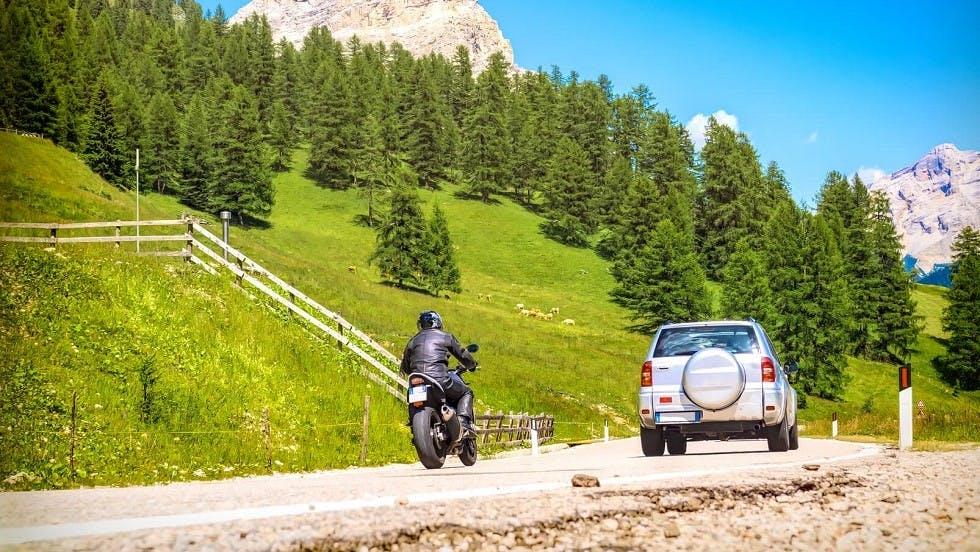 Deux-roues motorise realisant un depassement sur une automobile