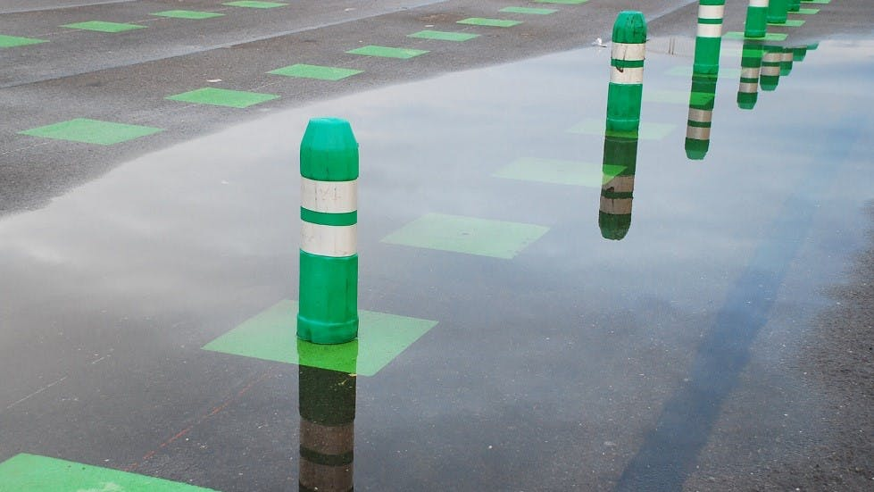 Groupe de balises de guidage de couleur verte