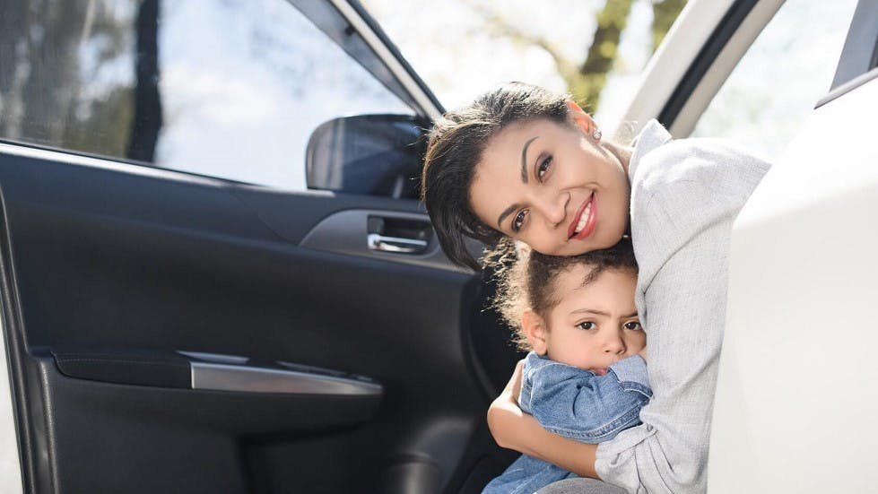 Mere et fille sortant d'une voiture stationnee