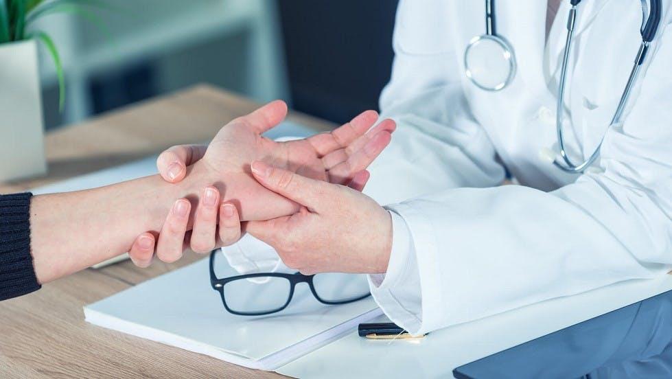 Medecin verifiant les articulation d'un patient