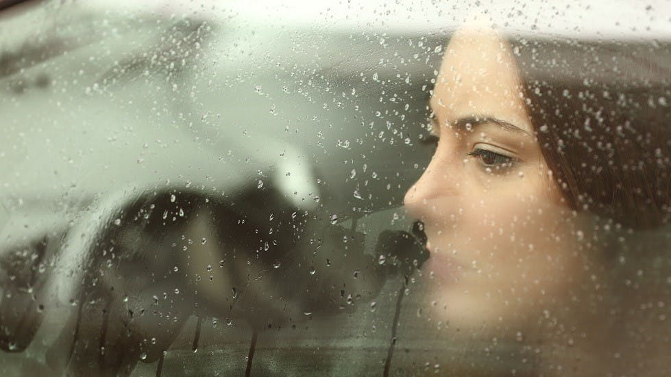 Conductrice stressee derriere la fenetre de sa voiture