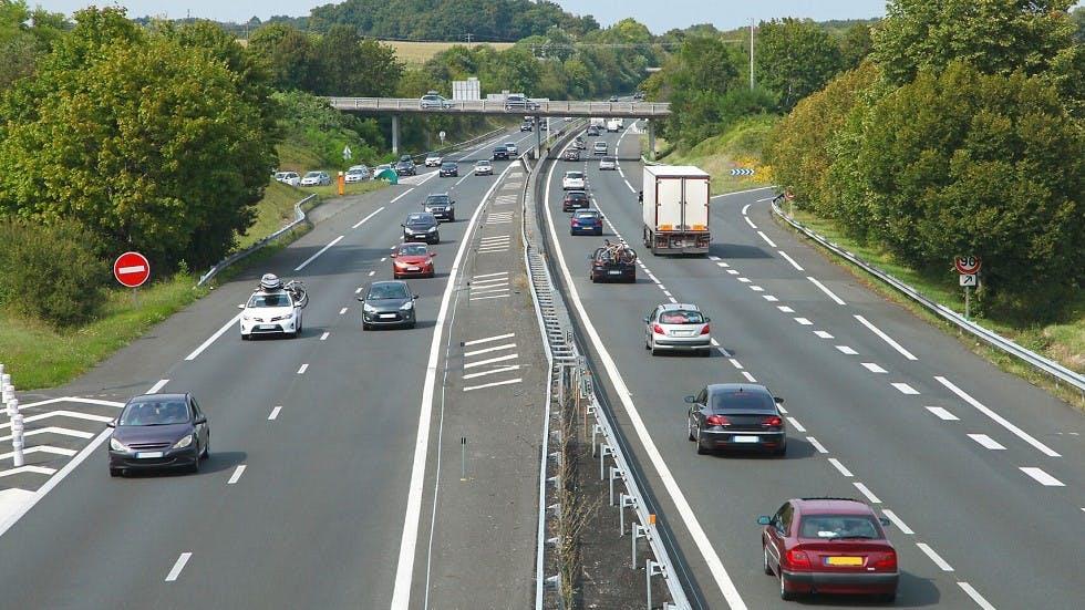 Usagers circulant le long de voies d'autoroutes