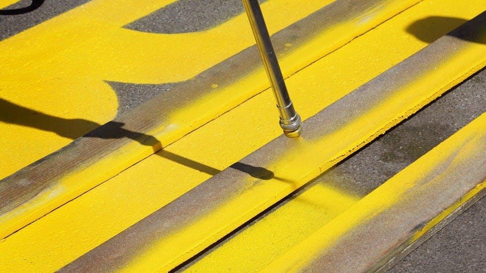 Application d'un marquage au sol de couleur jaune