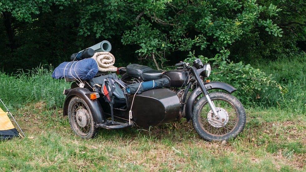 Moto et side-car transportant du materiel de camping