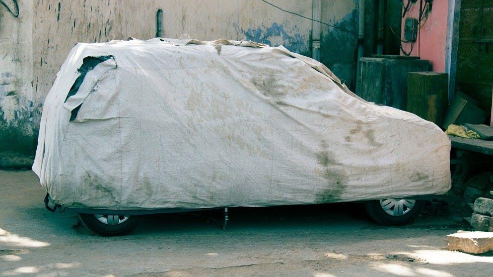 Housse de protection posee sur une automobile
