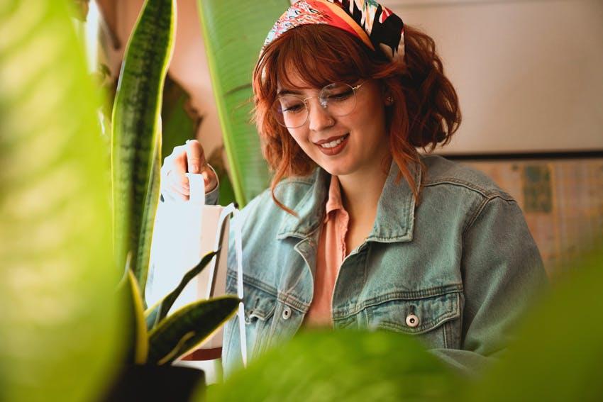 Dziewczyna podlewająca rośliny
