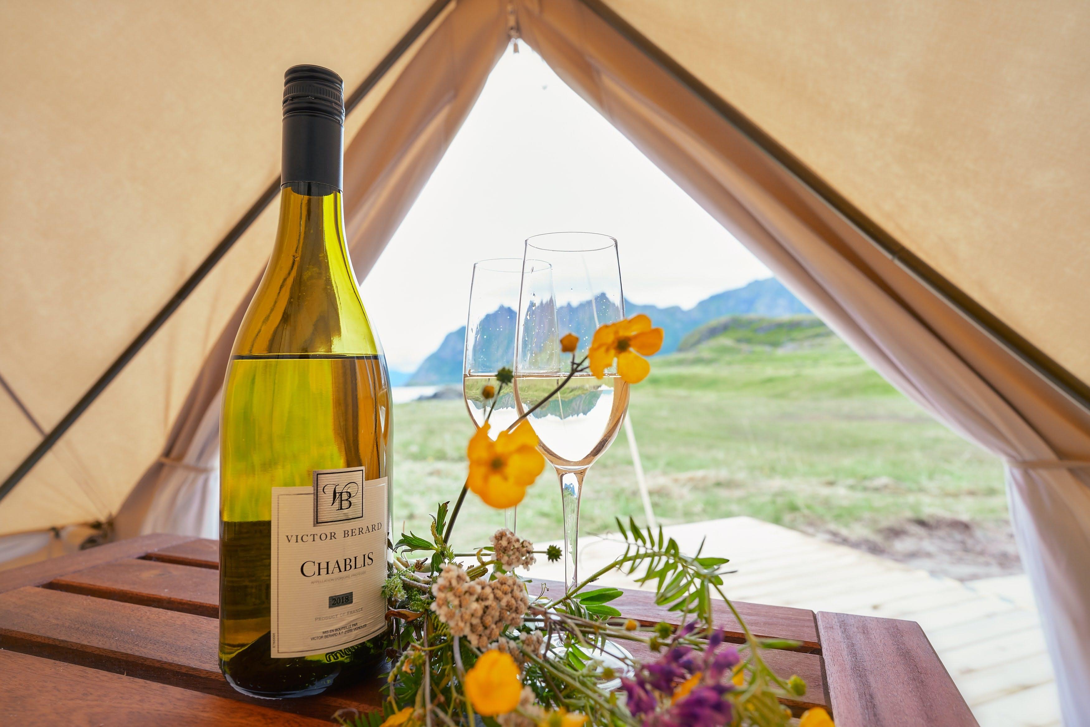 Vin og glas i et telt