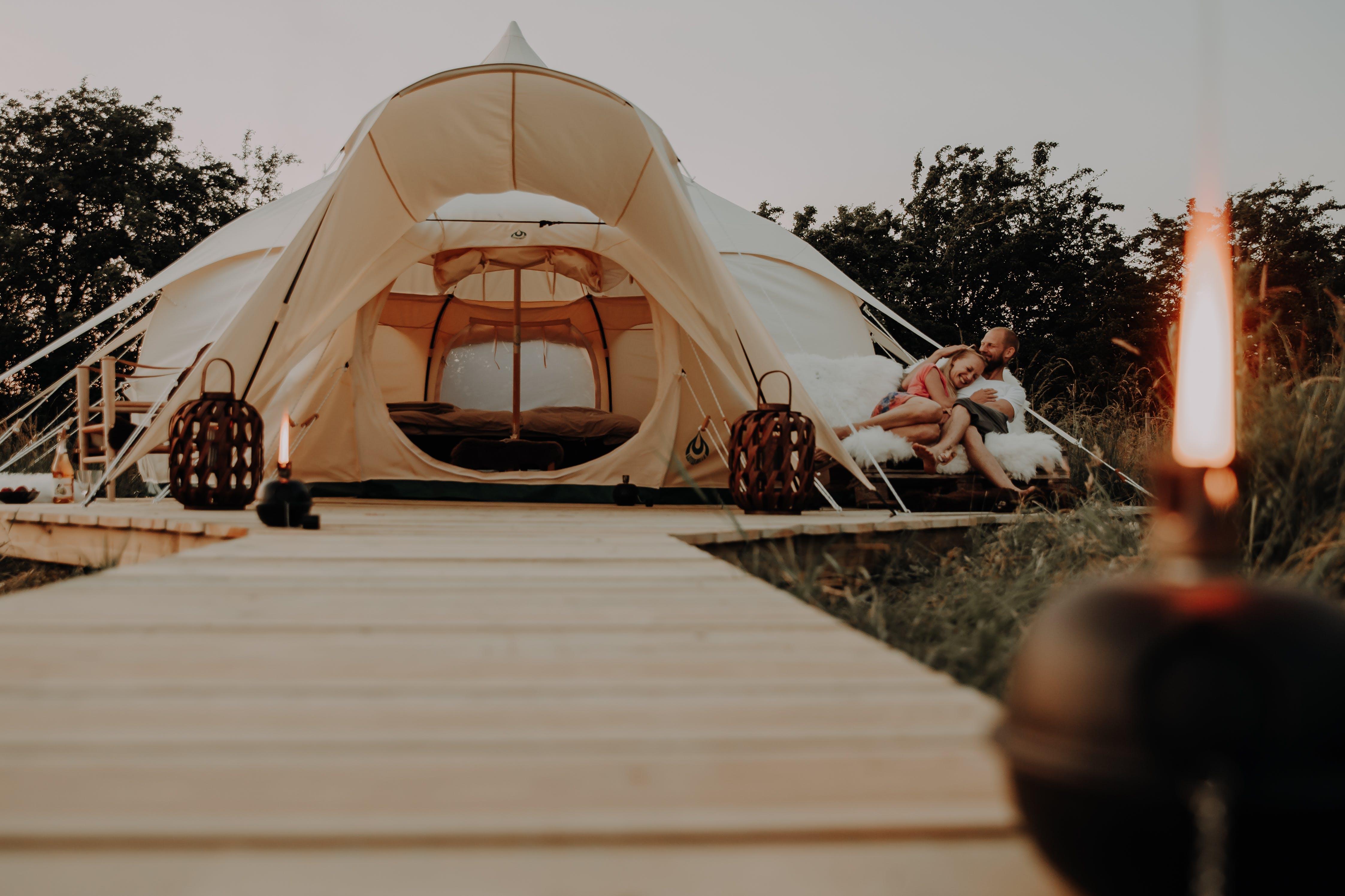Par i romantisk glamping telt