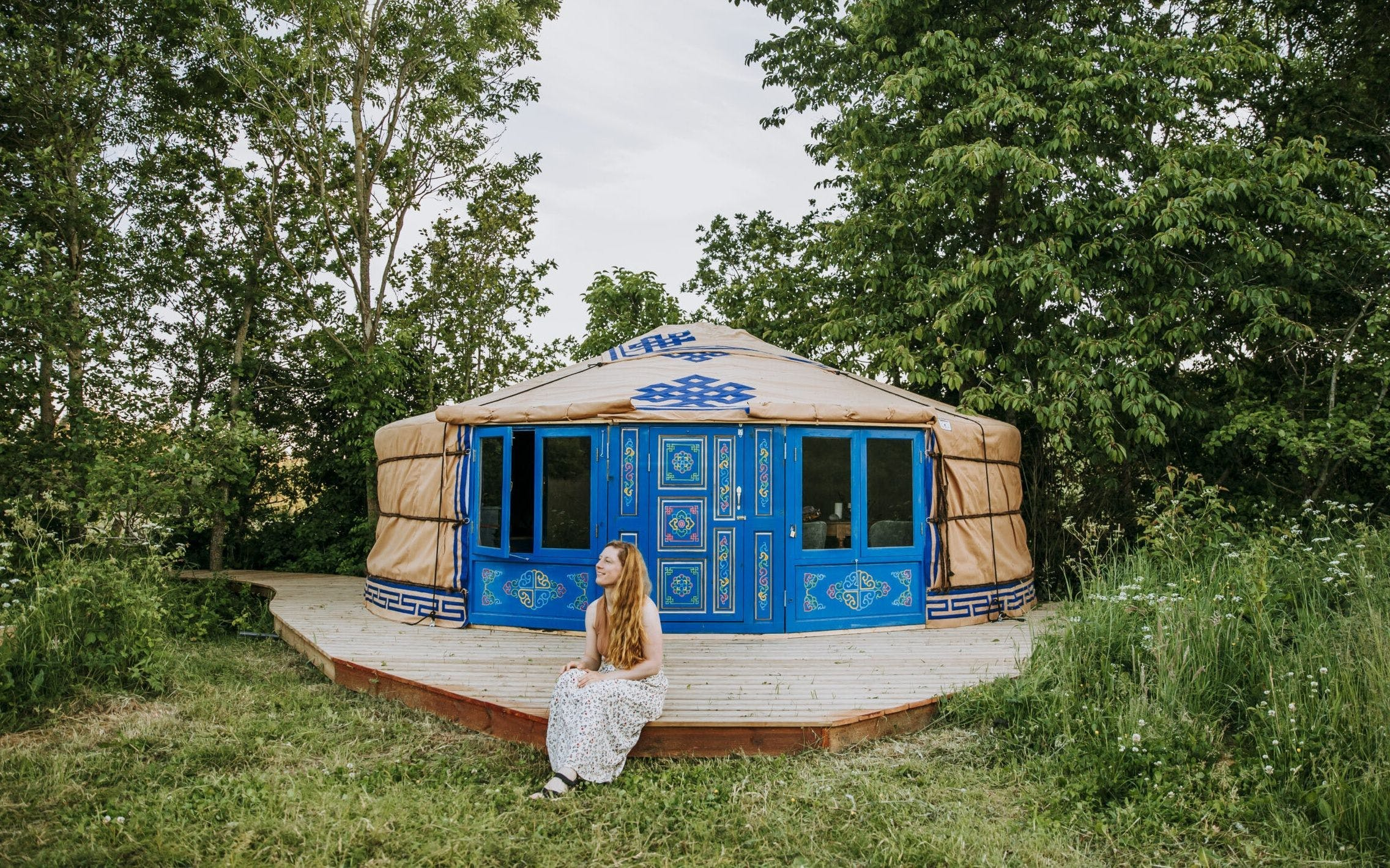En blå yurt inspirerad av Mongoliet placeras mitt i skog och grönska