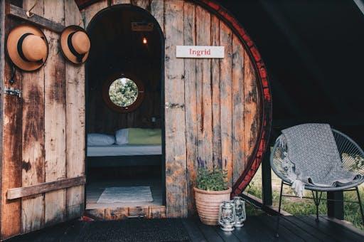 En stuga byggd i trä med hemtrevlig inredning