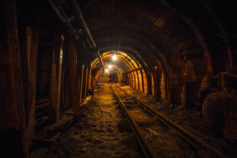 Inne i en koppargruva med järnvägsspår