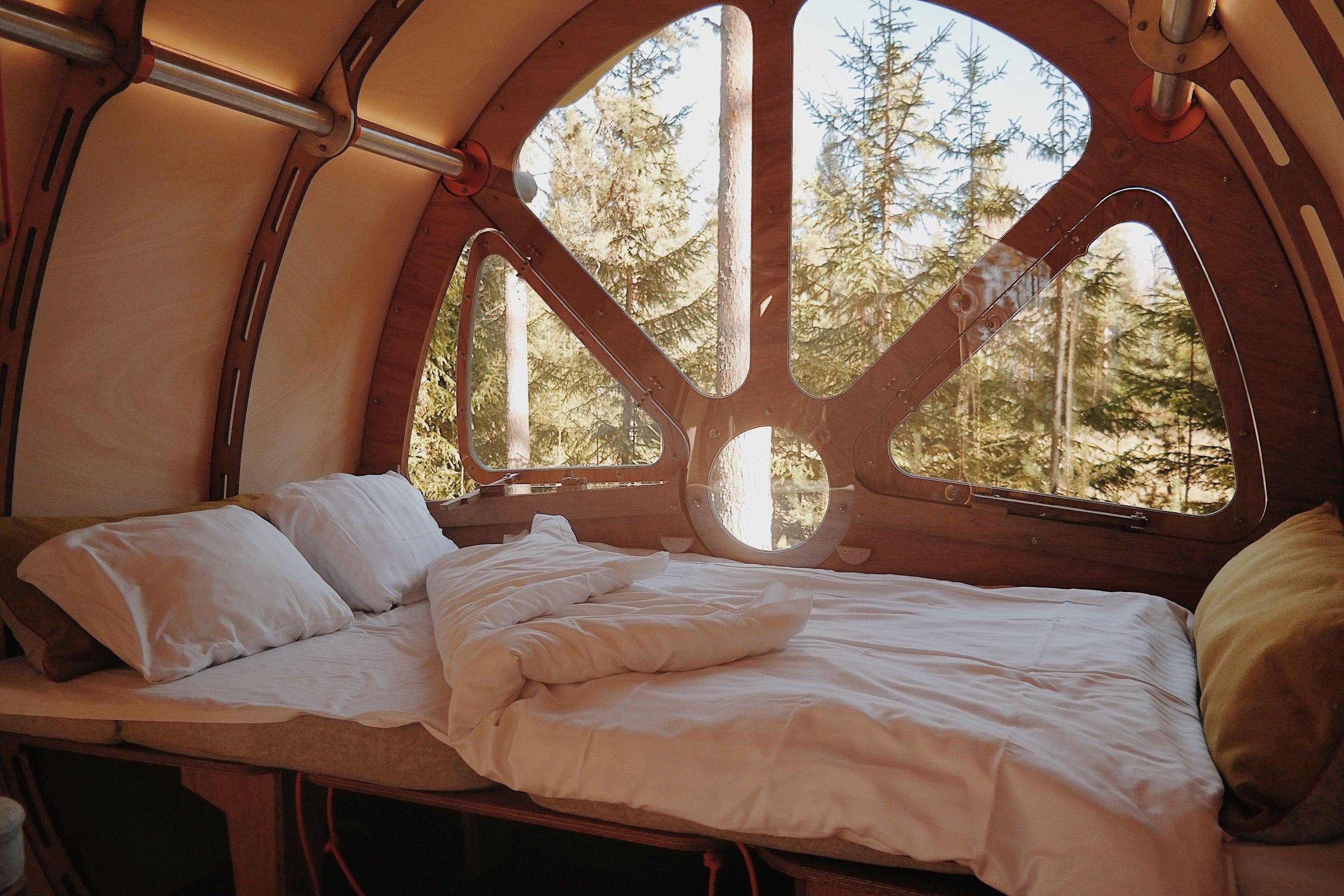 Övernatta mitt i skogen och bo i en Sci-fi liknande stuga med utsikt på trätopparna