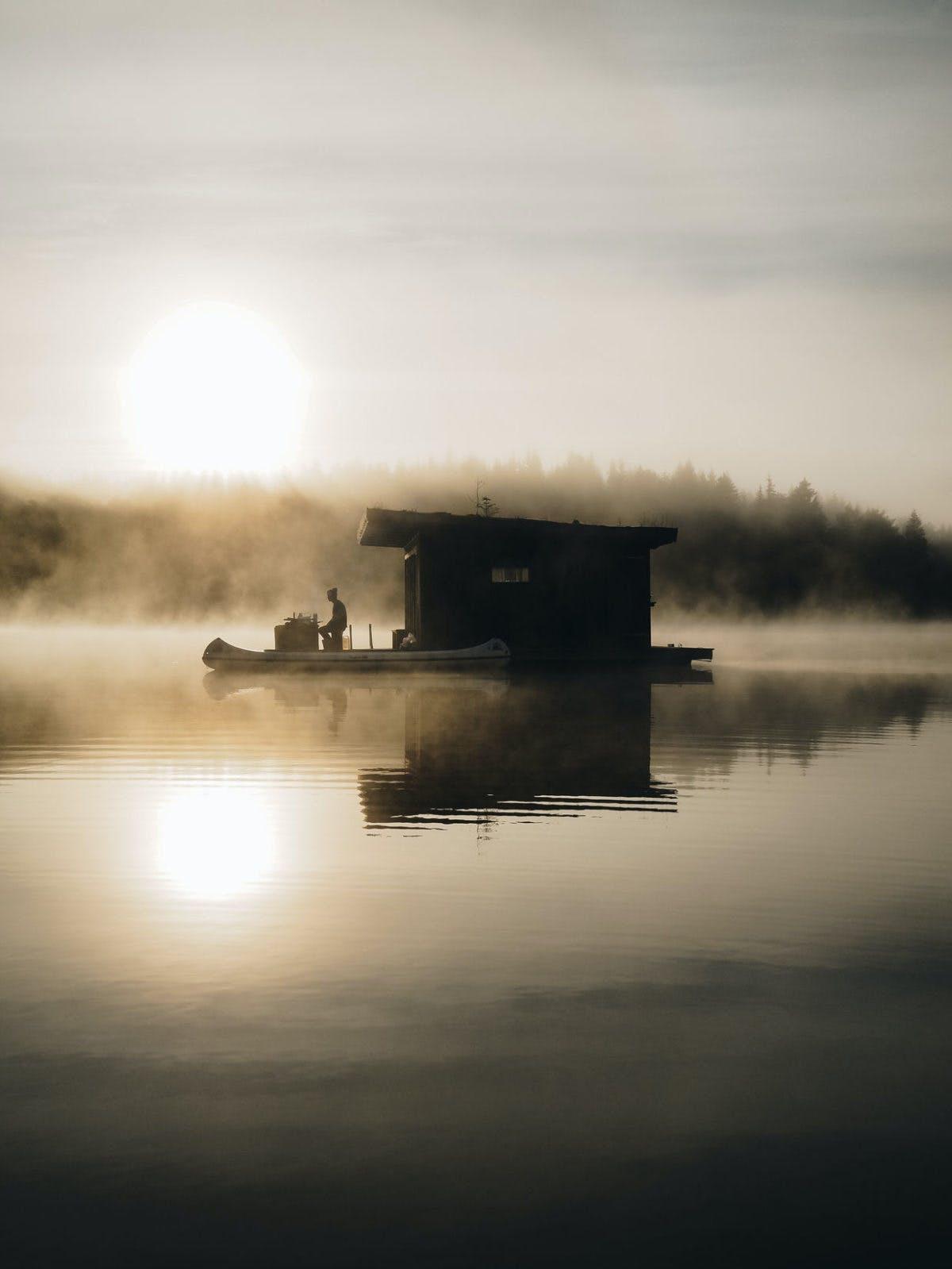 Njut av en unik glampingupplevelse på en flytande stuga mitt på sjön
