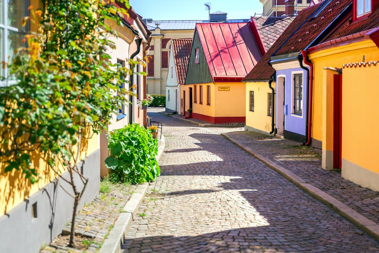Färgglada byggnader längs kullerstensgata i södra delen av Sverige