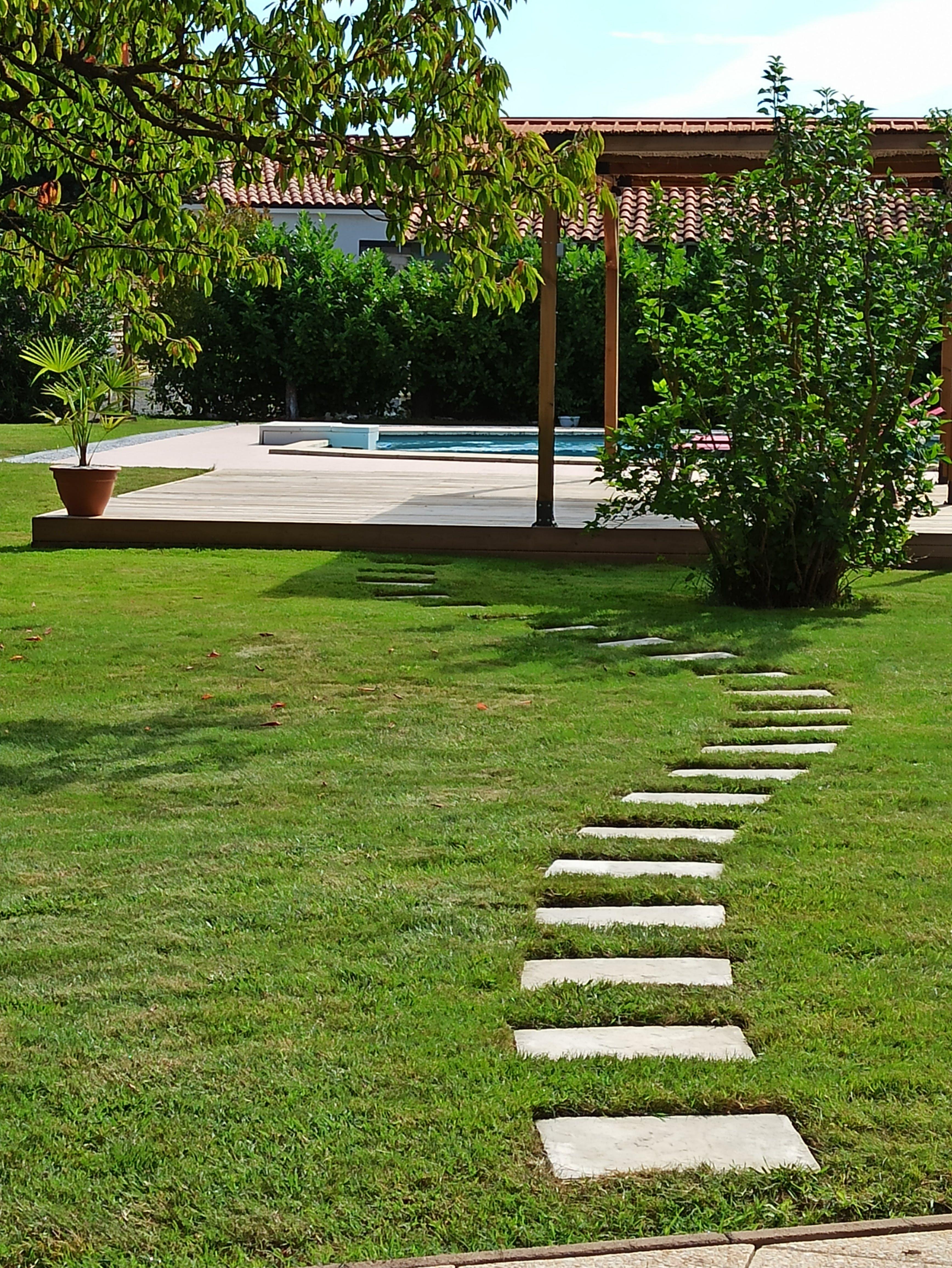 Chemin vers la piscine de la maison d'hôtes Au Paradis Vert