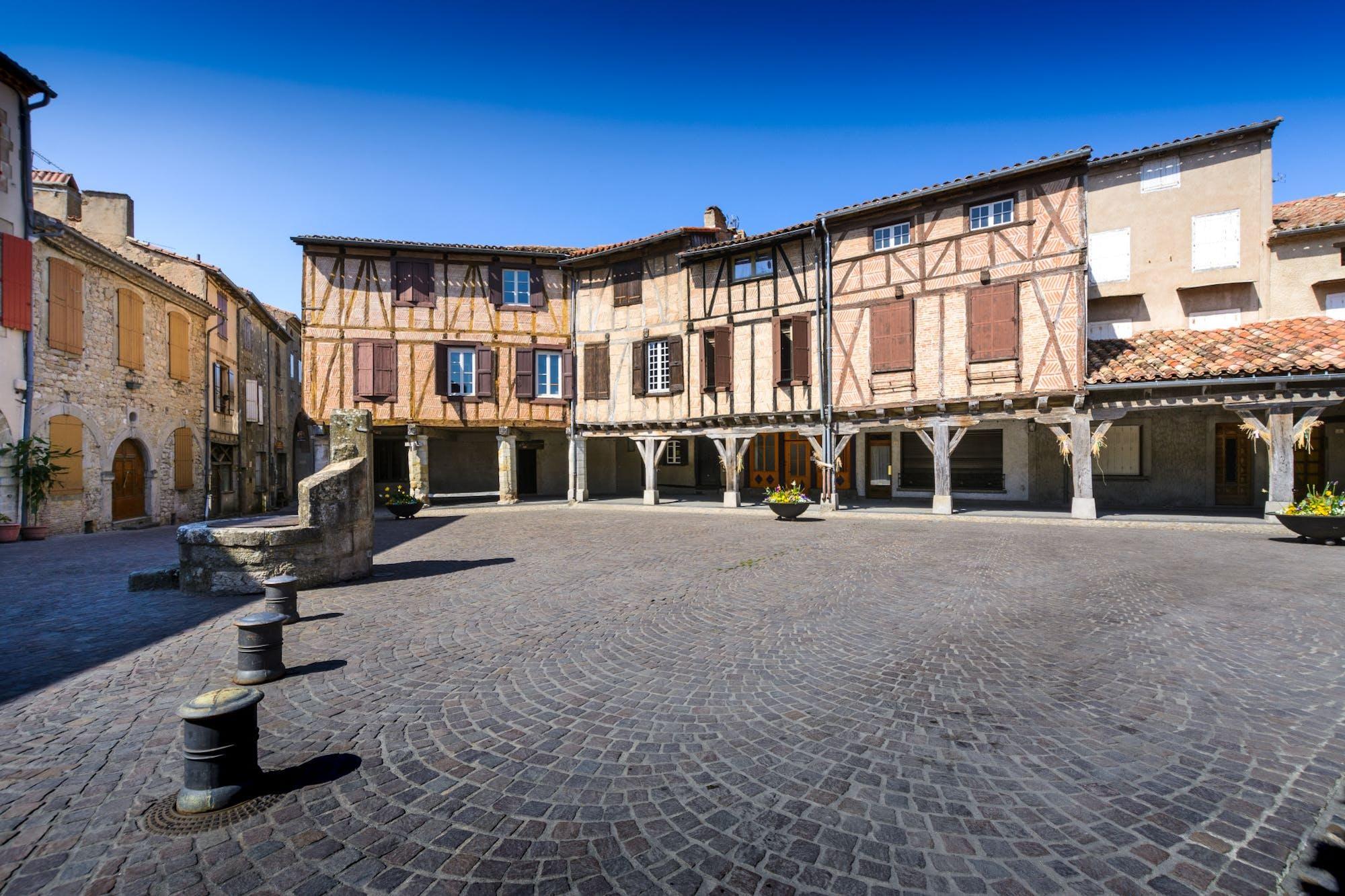 Place centrale du village médiéval de Lautrec