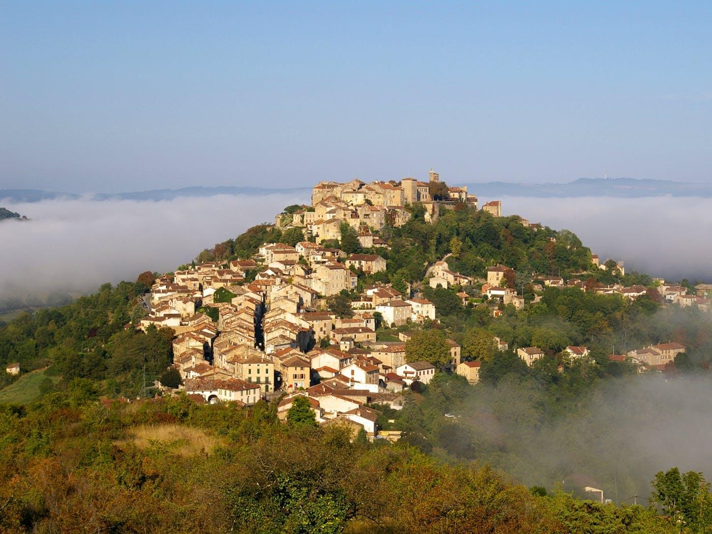 Vue aérienne de la cité médiévale de Cordes sur Ciel