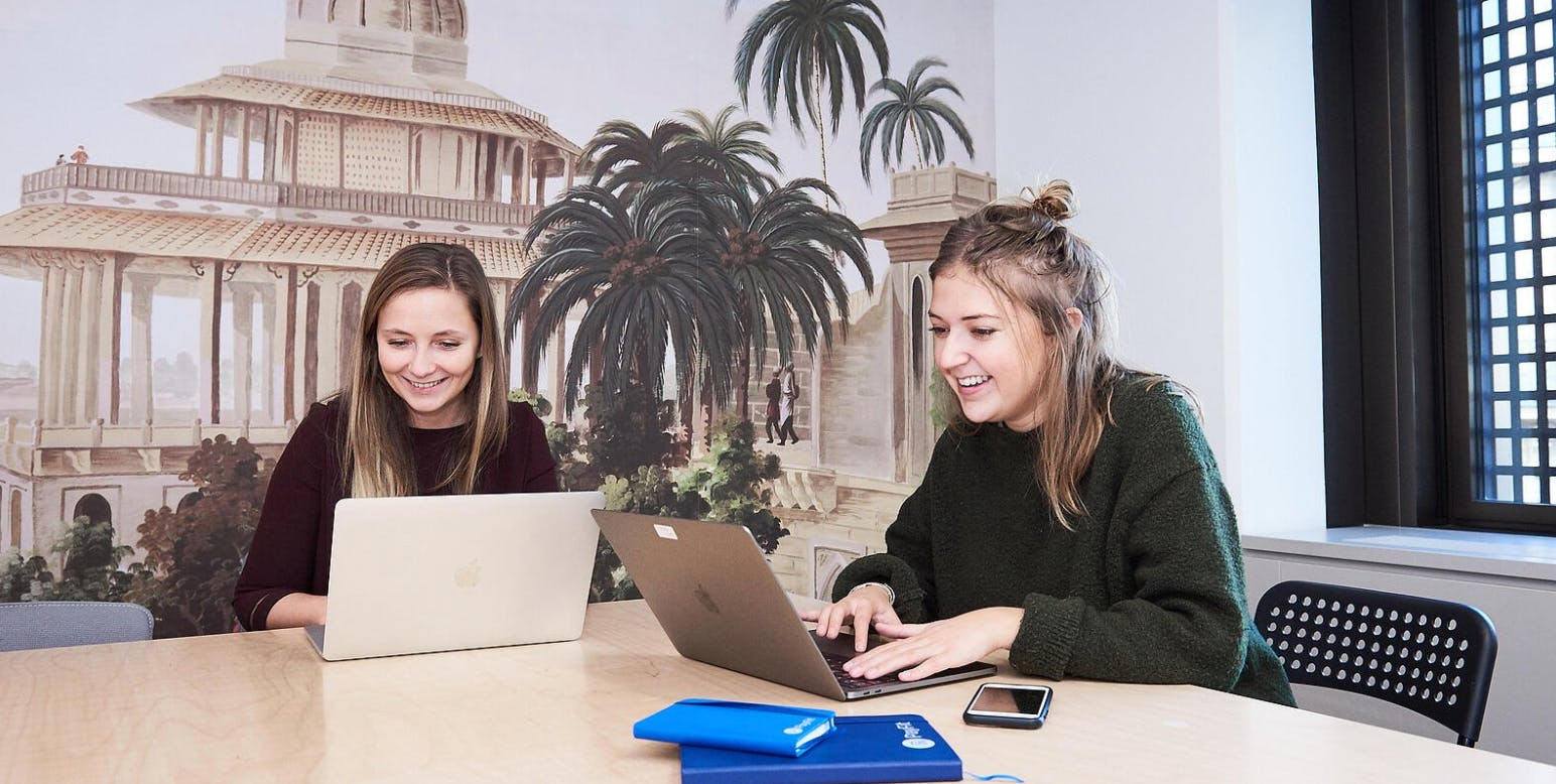 Amandine (DRH France) et Chloé (Office & Happiness Manager)
