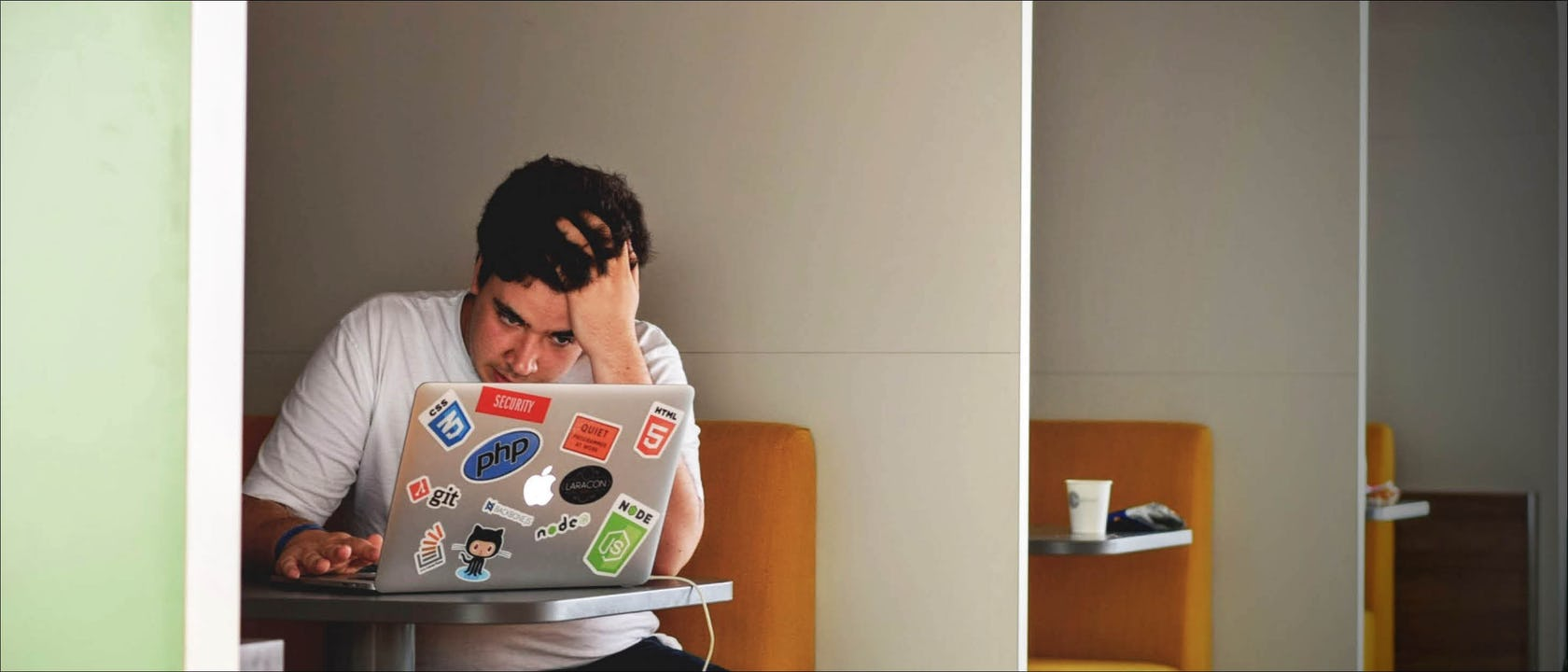 """Mehr als 50% der Deutschen fühlen sich gestresst. Gehören Sie dazu? Wann man von """"Stress"""" spricht und welche Maßnahmen man vorbeugend für sich und seine Mitarbeiter ergreifen kann, verraten wir Ihnen in folgendem Artikel."""