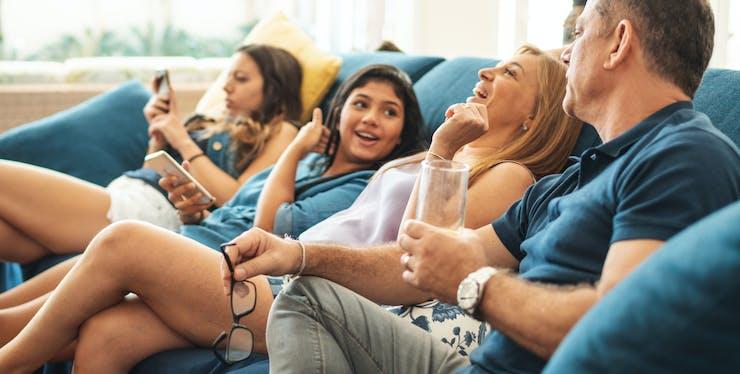 familia sentada no sofá